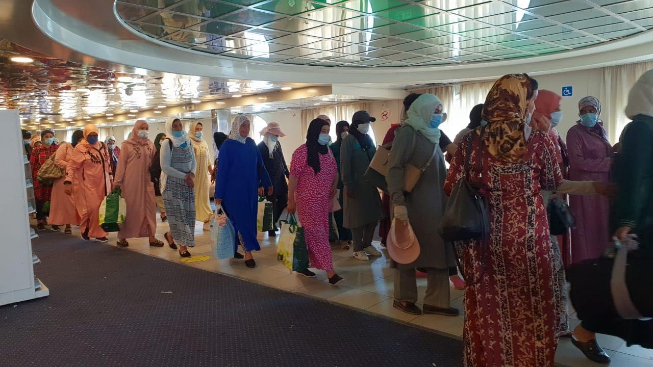الشروع في ترحيل 7100 عاملة مغربية في حقول الفراولة الإسبانية (صور) - زنقة 20