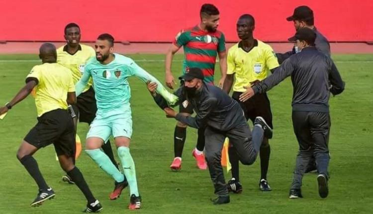 الكاف يوقف لاعبين جزائريين لمدة عام اعتديا على حكم مباراة الوداد